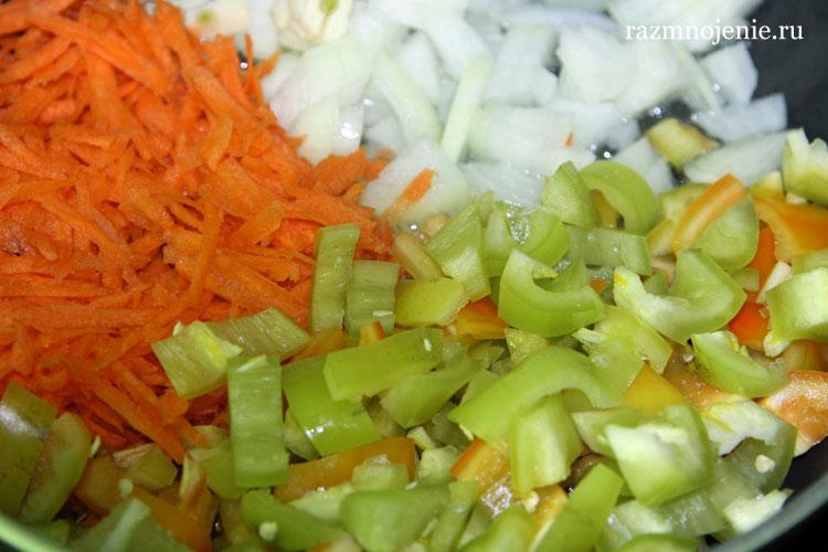 Режем и обжариваем овощи.