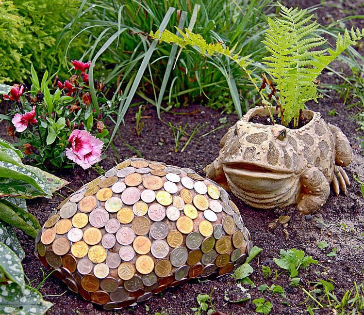 Денежный камень и лягушка-квакушка.