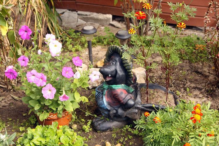 Фигурка крота для садового участка.