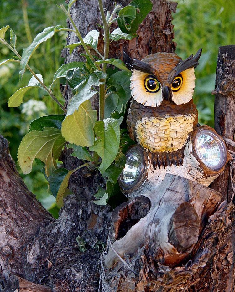 Декорирование приусадебного участка своими руками. Садовая фикурка совы — на своём месте.