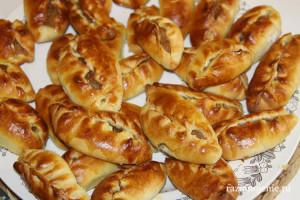 Вкусные дрожжевые пирожки с яблочной начинкой, заготовленной летом