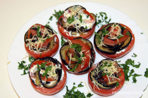 «Розочки» — праздничная закуска из помидоров и баклажанов с мягким сыром и чесноком